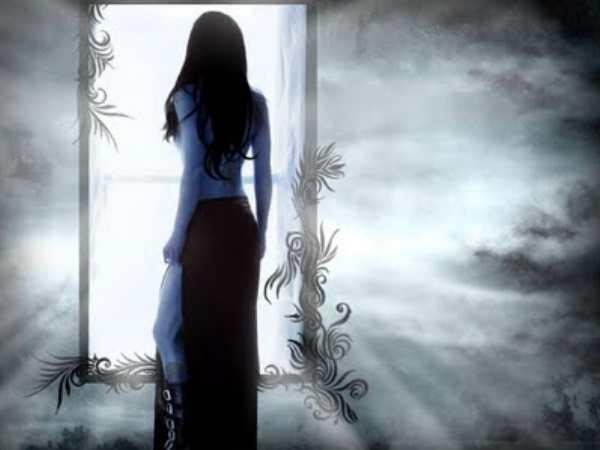 Resultado de imagen de chica observando en el espejo
